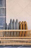 盘和架子在厨房里 图库摄影