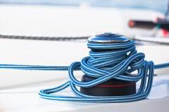 绞盘和绳索,游艇细节 免版税库存图片