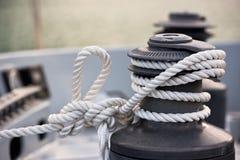 绞盘和绳索,游艇细节 免版税库存照片
