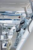 绞盘和绳索,航行游艇细节 免版税图库摄影
