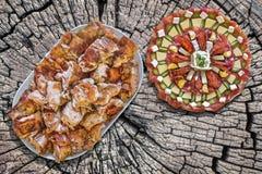 满盘唾液烤猪肉切片和开胃菜美味盘在老木野餐桌上的Meze 库存图片