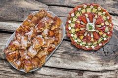 满盘唾液烤猪肉切片和开胃菜美味盘 库存图片