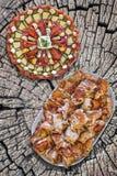 满盘唾液烤猪肉切片和开胃菜美味盘 免版税库存照片