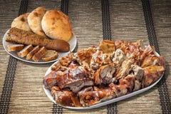满盘唾液烤猪肉用在羊皮纸位置字块的切的长方形宝石和皮塔饼面包大面包 图库摄影