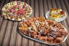 满盘唾液烤猪肉用开胃菜Meze和在竹位置字块的塞尔维亚乳酪菠菜饼Zeljanica 图库摄影