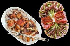 满盘唾液烤猪肉肩膀切片和在黑背景隔绝的塞尔维亚开胃菜美味盘 免版税库存照片