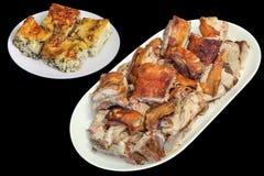 满盘唾液烤猪肉肩膀和塞尔维亚人被弄皱的乳酪和菠菜在黑背景隔绝的饼切片 图库摄影