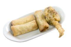 盘在白色背景和油煎的蟹腿开胃菜,中国烹调隔绝的春卷 免版税库存图片