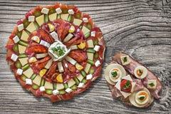 满盘塞尔维亚传统美味开胃菜Meze用在老木背景和蛋三明治在旁边安置的烟肉乳酪 库存照片