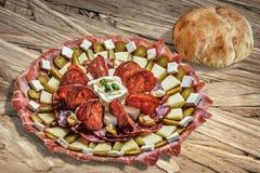 满盘塞尔维亚开胃菜Meze用皮塔在木粗纸板表设置的面包大面包Surfac上 免版税库存图片