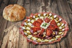 满盘塞尔维亚开胃菜Meze用皮塔木粗纸板表表面上设置的面包大面包 免版税库存图片