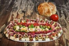 满盘塞尔维亚开胃菜Meze用皮塔饼面包和蕃茄 免版税库存照片