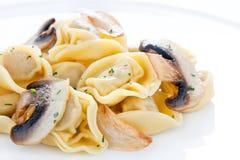 盘大蒜蘑菇嫩煎的意大利式饺子 免版税库存照片