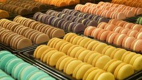 盘子用五颜六色的蛋白杏仁饼干 金属盘子用在摊位安置的可口五颜六色的蛋白杏仁饼干在咖啡馆 股票录像