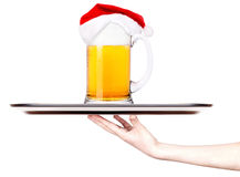 盘子用圣诞老人啤酒和帽子  库存照片