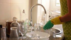 洗盘子的橡胶手套的主妇 影视素材