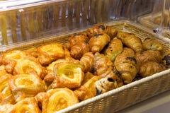 盘子的面包店准备服务 免版税图库摄影