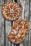 满盘开胃菜美味盘和唾液烤猪肉老破裂的木野餐桌难看的东西表面上设置的肉切片 库存图片