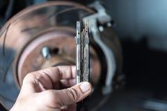 盘式制动器和石棉制动块在汽车车库 库存照片