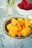 满盘新鲜的甜有机玉米蒸了立即可食 在桌上的准备的煮熟的甜玉米 库存图片
