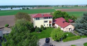 盘旋在农舍附近,在温室和绿色领域附近 欧洲种田,德国 股票录像