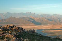 盘旋在加利福尼亚的内华达山山的南部的范围的遭受干旱的湖伊莎贝拉上的卷云 免版税库存照片