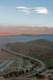 盘旋在加利福尼亚的内华达山山的南部的范围的遭受干旱的湖伊莎贝拉上的双突透镜的云彩 免版税库存图片