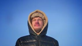 盘旋在敞篷的中年探险家附近乐观和周道地观看在雪沙漠的太阳的观点的 股票录像