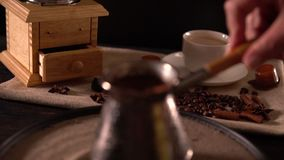 盘旋在沙子的人一个咖啡罐 股票录像
