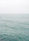 盘旋在海洋的雾和云彩 免版税库存照片