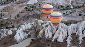 盘旋在火山的谷的热空气气球 生活博物馆,卡帕多细亚,土耳其,秋天 图库摄影