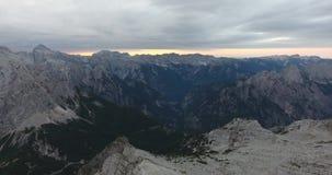 盘旋在空中有被覆盖的山景在黎明 股票录像