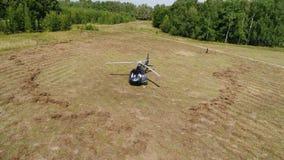 盘旋在领域的直升机 直升机在领域登陆了在森林传送带附近 在黄色草登陆的直升机 股票录像