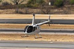 盘旋的鲁宾逊R66直升机 库存图片
