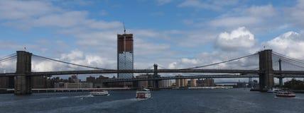 盘旋线和其他朝向在布鲁克林Brid下的游览小船 免版税图库摄影