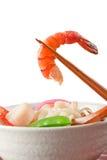 盘日本面条普遍的海鲜汤udon 库存图片