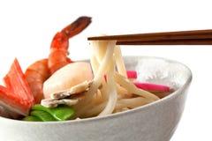 盘日本面条普遍的海鲜汤udon 图库摄影