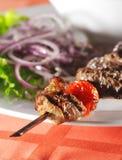 盘烤热羊羔肉 免版税图库摄影