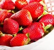 盘片段用草莓红色莓果  库存图片