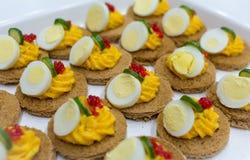 盘用可口开胃菜用红萝卜奶油、鸡蛋和红色鱼子酱 免版税库存图片