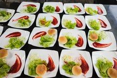 盘用圆的面包、沙拉、调味汁和开胃菜 健康的食物 库存图片