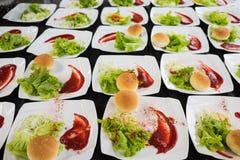 盘用圆的面包、沙拉、调味汁和开胃菜 健康的食物 图库摄影