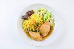 盘用新鲜的自创鸡汤、面条和菜 图库摄影