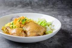 盘用新鲜的自创鸡汤、面条和菜 库存照片