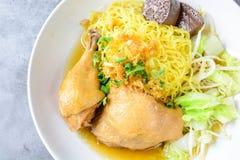 盘用新鲜的自创鸡汤、面条和菜 免版税库存图片