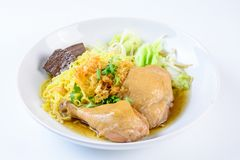 盘用新鲜的自创鸡汤、面条和菜 库存图片