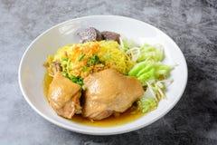 盘用新鲜的自创鸡汤、面条和菜 免版税图库摄影