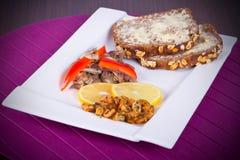 盘用油煎的大虾、面包和柠檬 免版税图库摄影
