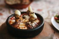 盘用蘑菇和白汁在碗在木立场 婚姻正餐肉卷熏制的蕃茄 图库摄影