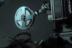 盘绕与在放映机的16 mm影片 免版税库存图片